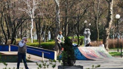 Въпреки забраната, в Морската градина има хора. Снимки Черноморие-бг
