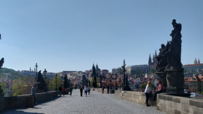 В момента по Карловия мост, една от основните туристически атракции в Прага могат да се видят само чехи. Снимки Радостина Михайлова