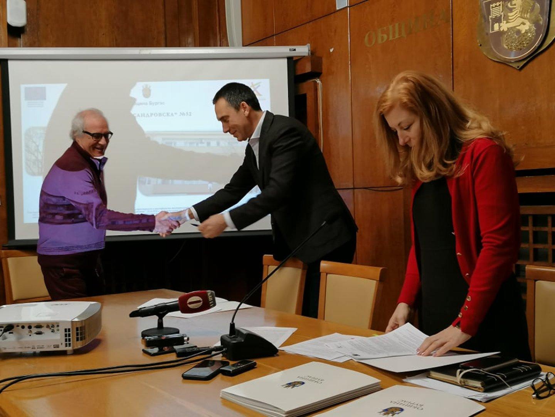 Кметът на Бургас Димитър Николов (в средата) връчи договорите за саниране. Снимки Лина Главинова