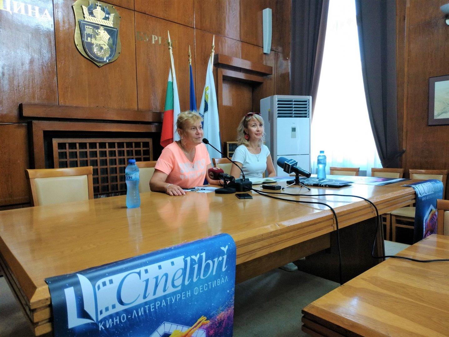 Зам.-кметът Йорданка Ананиева (вляво) и Кремена Димитрова презентираха програмата на фестивала. Снимка Община Бургас