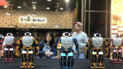 Танцуващите роботи са в пълен синхрон като истинска поп група. Снимки Авторът
