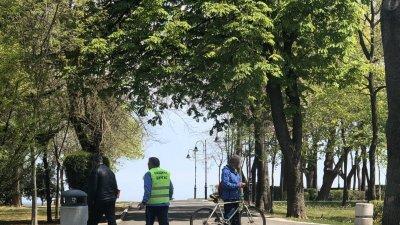 48 общински служители и доброволци са разпределени във всички паркове на Бургас, за да сигнализират за драстични нарушения на органите на реда. Снимка Черноморие-бг