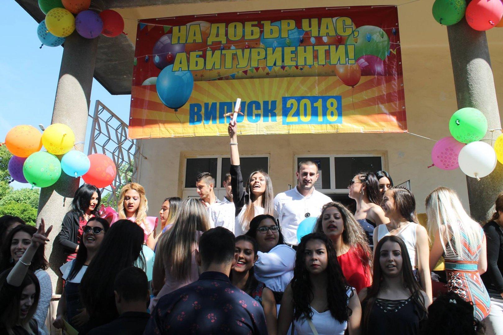 Абитуриентите се разделиха със своето училище. Снимка Пресцентър Община Царево