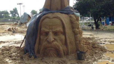 Падналият преди седмица дъжд превърна терена около пясъчните скулптури в киша. Снимка Атанас Стоянов