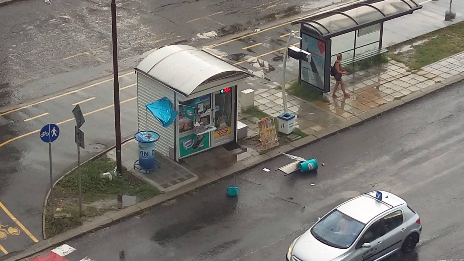 Ураганният вятър обърна кошчетата и чадърите