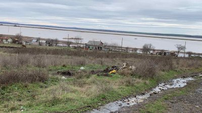 Продължава да е затворен пътя между Димчево и Присад, река Факийска заля много селскостопански обекти в Димчево