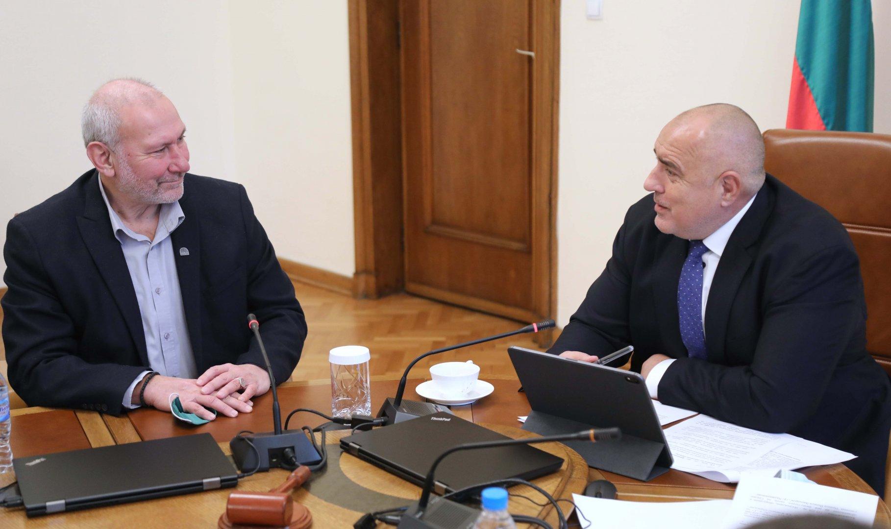 Археологът проф. Николай Овчаров (вляво) благодари на правителството за предоставените средства. Снимка Министерски съвет