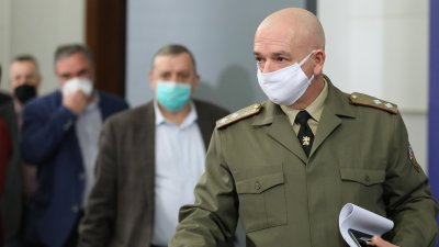 Масовото тестване, което започна преди 2 седмици, продължава, каза генерал - майор Мутафчийски (на преден план). Снимка Министерски съвет