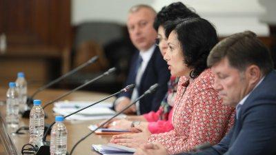 Първата група, която ще бъде подкрепена са розопроизводителите, каза министър Танева. Снимка Министерски съвет