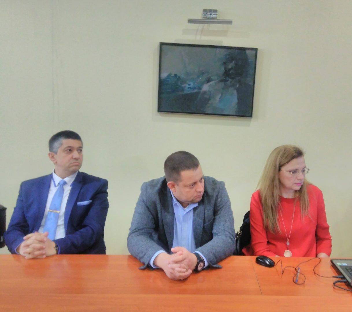 Близо два часа продължиха дебатите в комисията. Снимка ОбС - Варна
