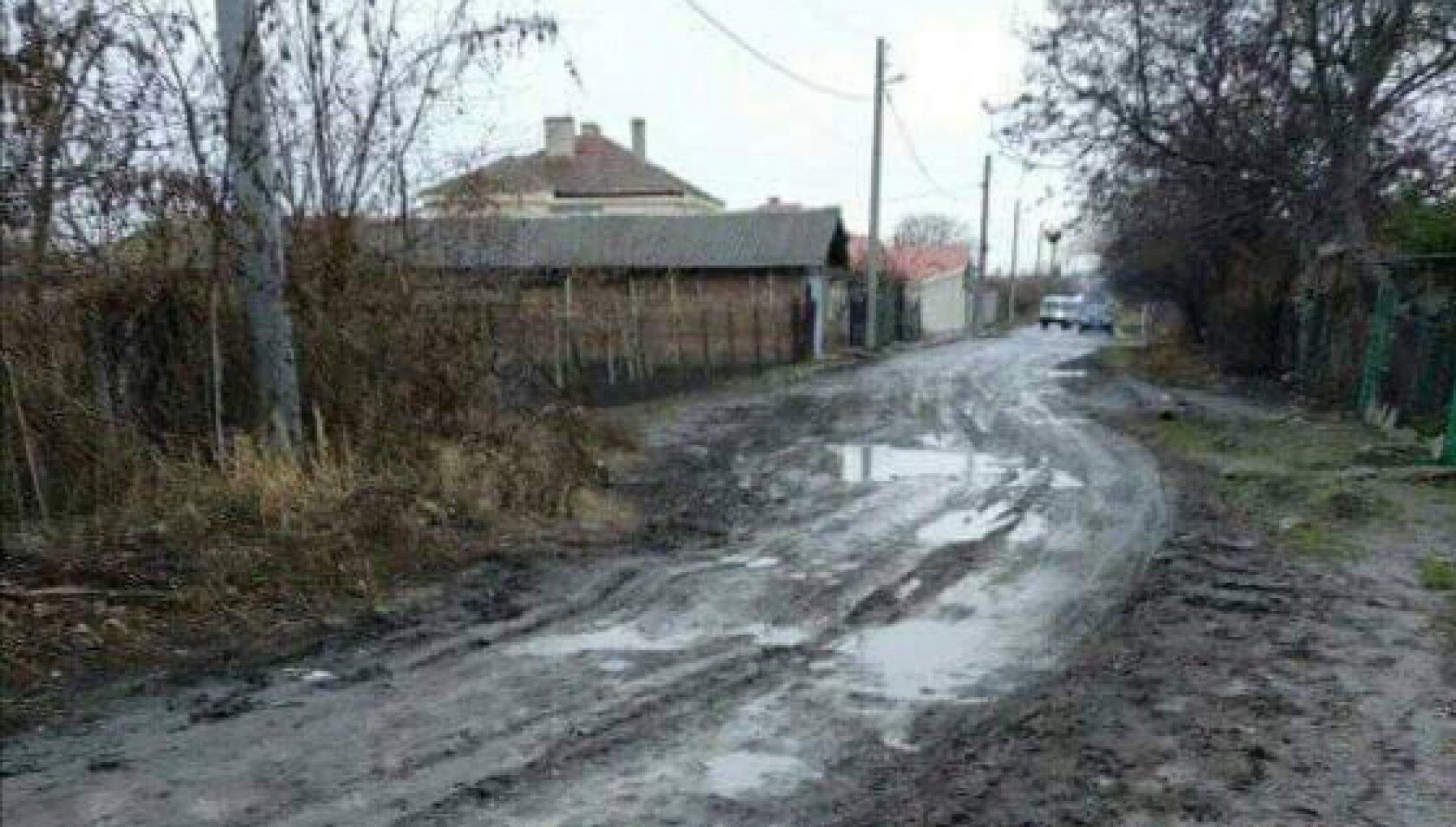 Съветникът настоява средства за ремонт на улиците да бъдат заложени в бюджета на община Бургас за следващата година. Снимки БСП - Бургас