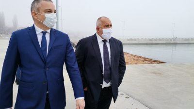 Кметът на Варна Иван Портних (вляво) показа на премиера Бойко Борисов новото пристанище. Снимки Министерски съвет