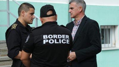 Служебният премиер Стефан Янев (вдясно) посети днес Гранично-полицейското управление - Малко Търново. Снимки Министерски съвет