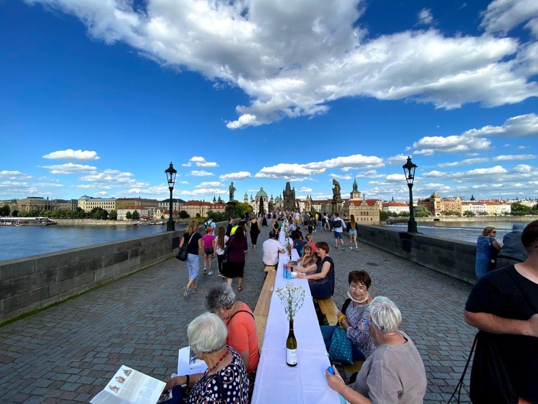 Вечерята бе на едно от най-предпочитаните от туристите места в Прага - Карловия мост. Снимки Джейсън Пиродски