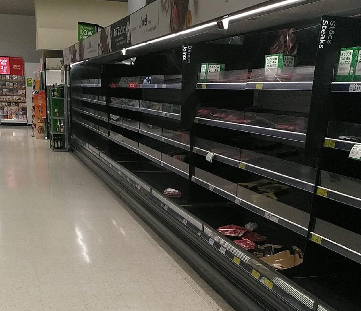 Празни рафтове в магазините се превърна в обичайна гледна и в Уелс. Снимки Пламен Георгиев