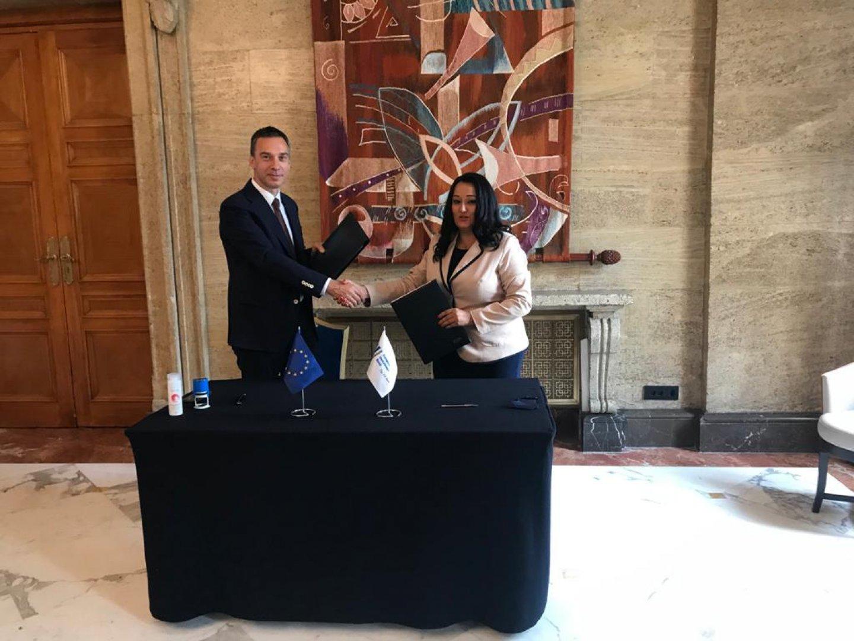 Подписи под документа сложиха кметът на Община Бургас Димитър Николов и вицепрезидентът на Европейската инвестиционна банка Лиляна Павлова. Снимка Община Бургас