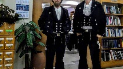 Германците обикалят Европа с традиционното облекло на задругата си. Снимка Регионална библиотека - Бургас