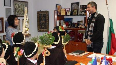 Директорът на градината подари на кмета Георги Лапчев уникална елха. Снимки Община Варна