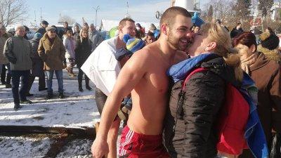 Стоян за четвърти път спасява кръста на Богоявление. Снимки Strandja News