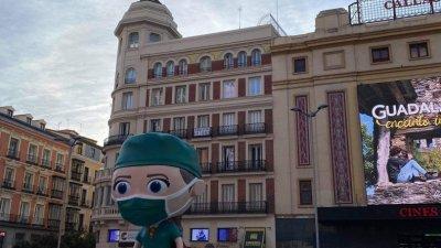 Суперсанитарио се нарича тази фигура позиционирана на един от площадите в центъра на Мадрид. Тя олицетворява недостига на медици. Снимка Ангелина Горанова