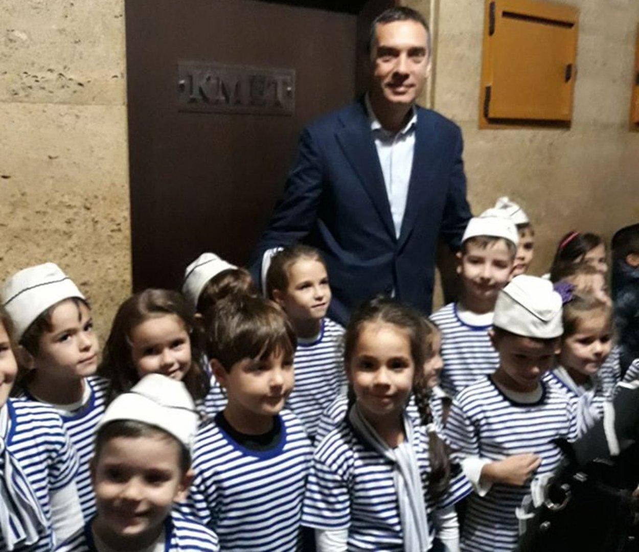 Кметът Николов посрещна малчуганите от предучилищна група на СУ Иван Вазов пред кабинета си. Снимки Лина Главинова и Христина Ганева