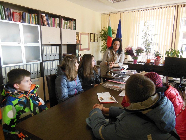 Учениците задаваха различни въпроси на съдия Вълкова. Снимки Пресцентър