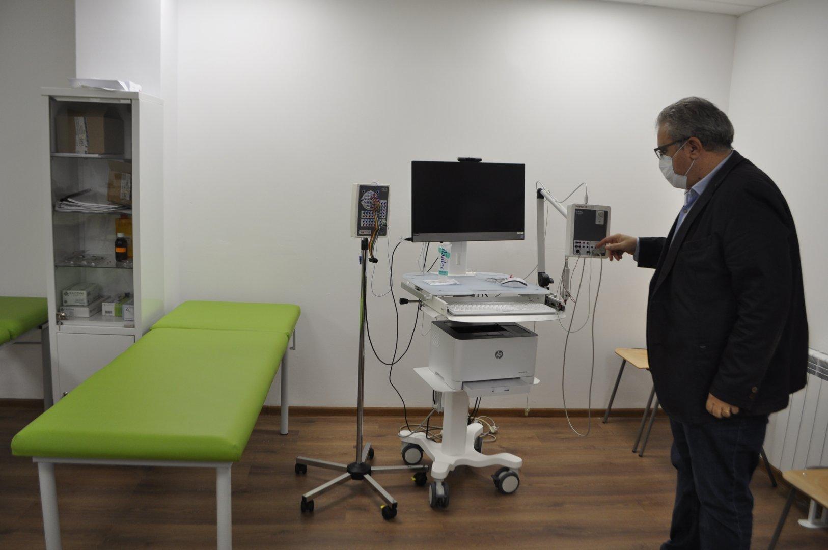 Според доц. Велинов такава апаратура има в много малко медицински центрове. Снимки Община Бургас
