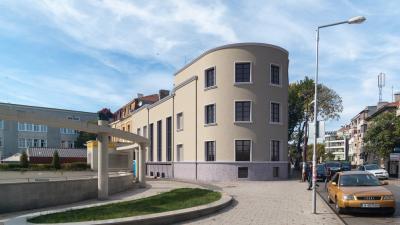 Така ще изглежда сградата след ремонта. Снимки Община Бургас и архив Черноморие-бг