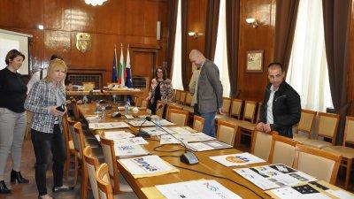 Членовете на журито се събраха на първо заседание, за да разгледа постъпилите предложения за бранд Бургас. Снимки Община Бургас