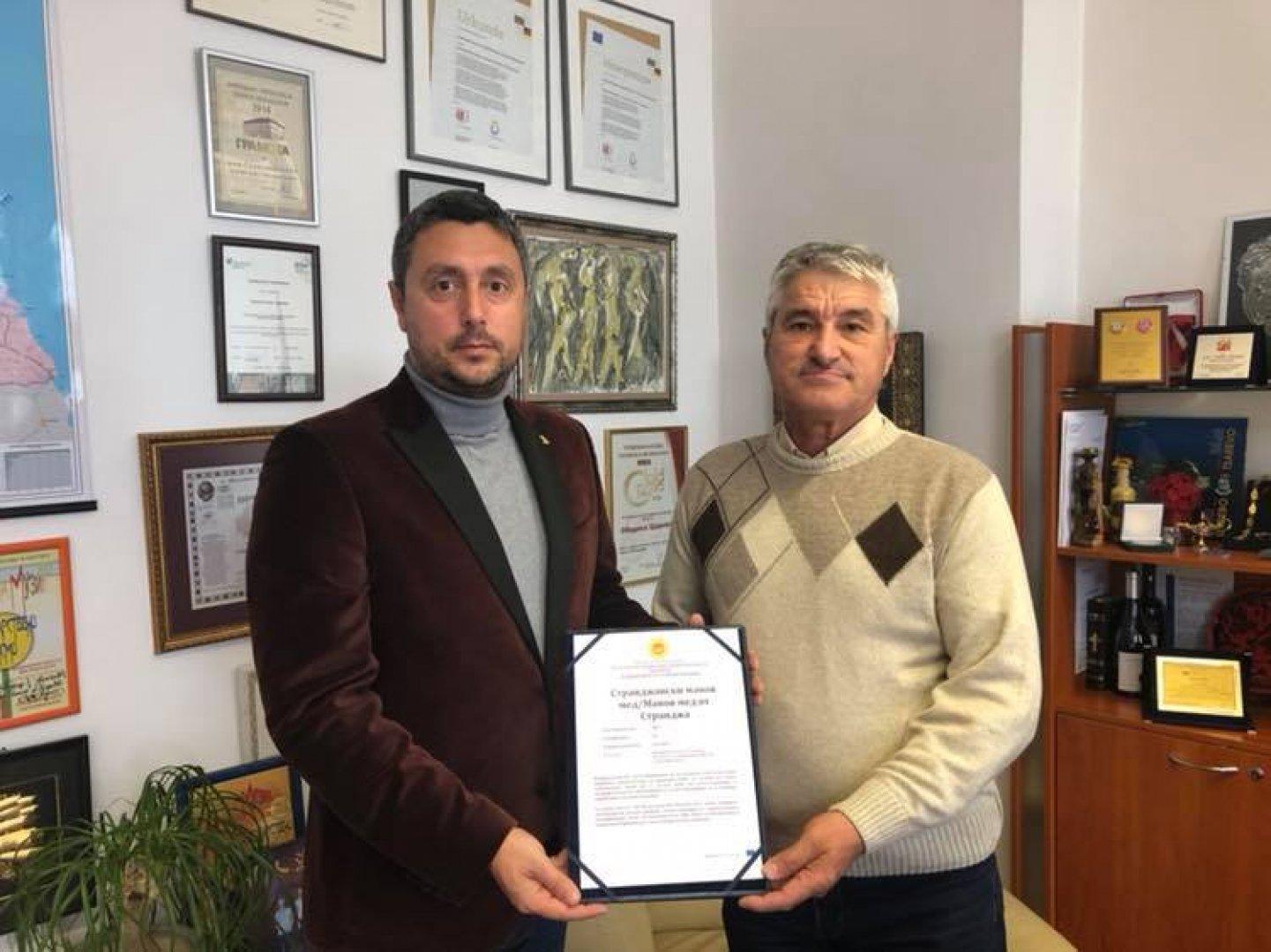 Кметът на Царево и Манол Тодоров обсъдиха бъдещето на мановия мед. Снимка Община Царево