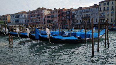 Разходка с гондола из един от многобройните канали на Венеция е сред предпочитаните атракции за туристите. Снимка Авторът