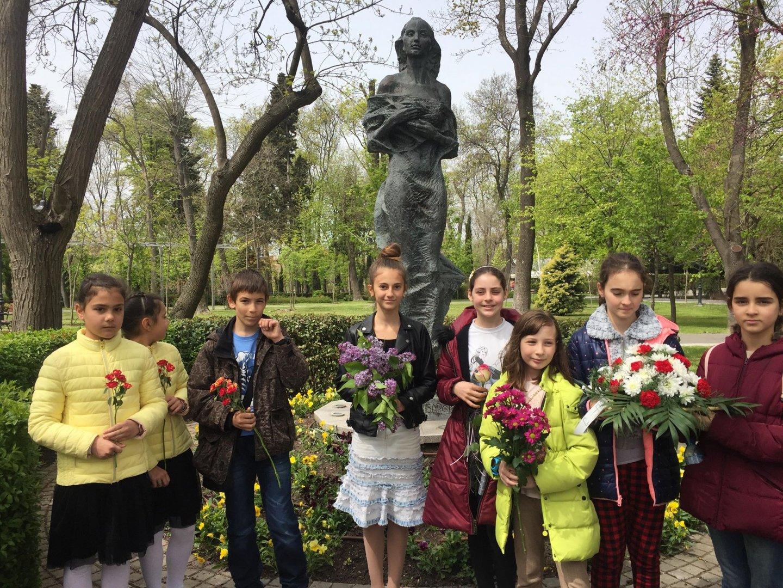 Ученици от гимназията всяка година поставят цветя на паметника на Петя. Снимки СУ Св. св. Кирил и Методий