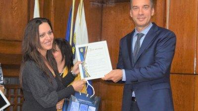 Кметът на Бургас Димитър Николов връчи грамоти и подаръци. Снимка Пресцентър Община Бургас