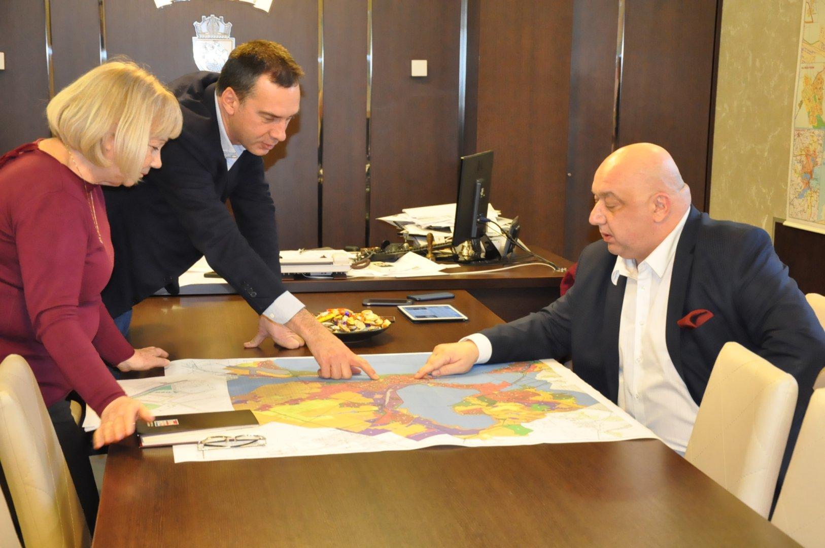 Министър и кмет обсъдиха възможността за изграждане на нов стадион. Снимка Община Бургас