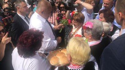 С китка божури посрещнаха премиера Бойко Борисов. Снимки Министерски съвет