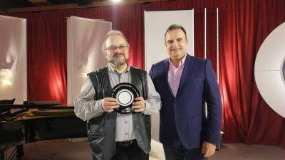 Александър Текелиев (вляво) получи отличието от Марио Николов, а записа на предаването ще бъде излъчен тази събота. Снимки Държавна опера - Бургас