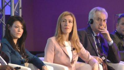 Министър Ангелкова (в средата) откри форума