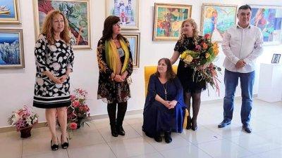 Лидия Кунева (седналата) заедно с дъщеря си Лора Янева (до нея) подредиха съвместна изложба през 2019 година. Снимка Личен архив