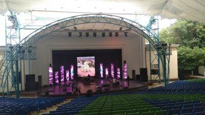 Подготовката за концерта тази вечер в Бургас не спира, въпреки лошото време