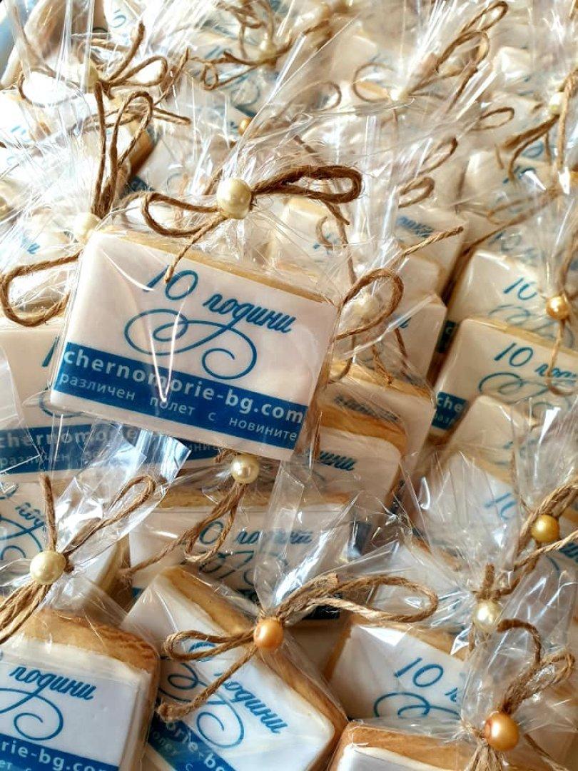 Ръчно изработените от Гергана Стоянова сладки с логото на Черноморие са подарък за гостите на партито, което предстои