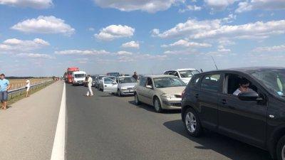 Близо половин час вече автомобилите са в тапата в посока София