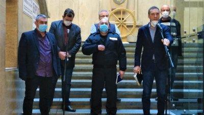 Ще бъдат обезпечени кабинетите на стоматолозите с консумативи, каза кметът Димитър Николов (вдясно). Снимка Община Бургас