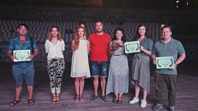 Кметът на Царево Георги Лапчев се снима с победителите в На брега. Снимка Община Царево