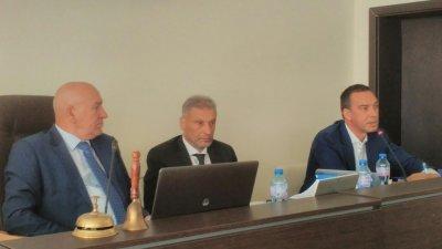 Кметът Димитър Николов (вдясно) оттегли докладната си за сесията през септември. Снимки Лина Главинова