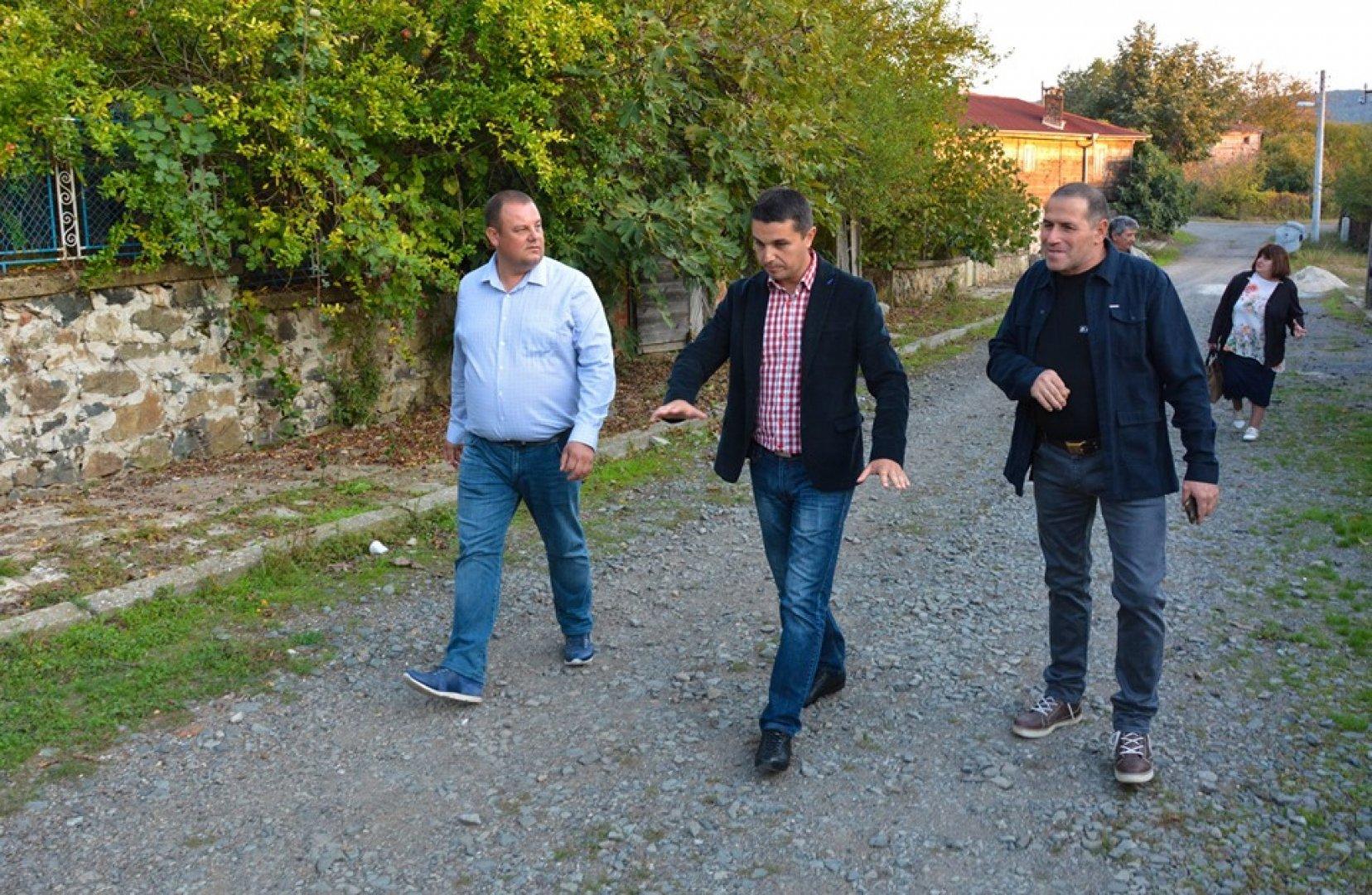 Кандидът-кметът и водач на листата Емил Пейчев (вляво) и кандидати за съветници на Движение Гергьовден посетиха село Бродилово