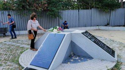 Панихидата събира бургазлии пред паметника на жертвите. Снимки СДС Бургас