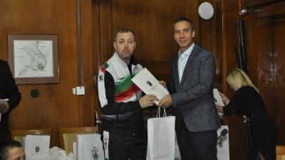 Кметът на Бургас Димитър Николов връчи наградите. Снимки Община Бургас