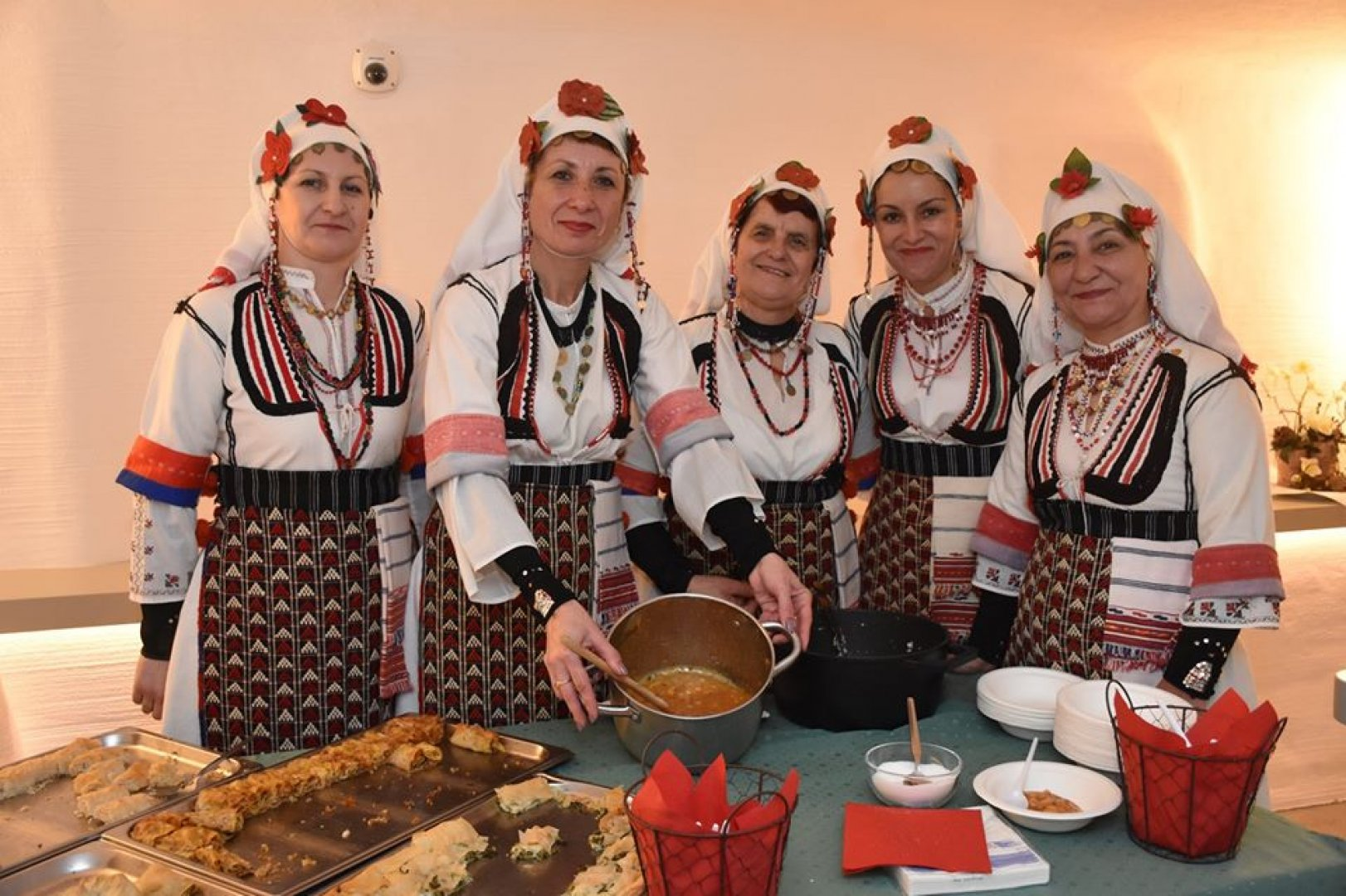 Жените от читалище Просвета 1929 от село Люляково представиха автентичен фолклор пред австрийските домакини. Снимки РИМ - Бургас