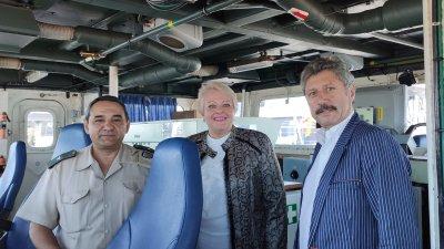 Директорът и зам.-директорът на гимназията Христина Жабова и Пламен Симеонов бяха посрещнати на борда на фрегата Горди. Снимка ПГМКР