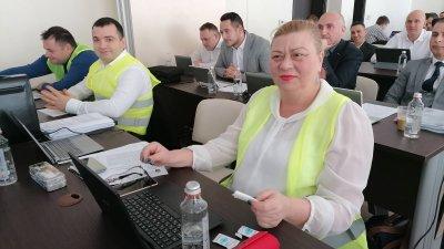 Съветниците от СЕК се появиха на сесията, облечени с жълти жилетки. Снимка Лина Главинова
